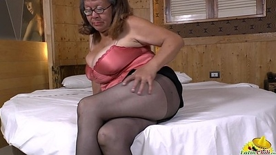LATINCHILI Latina mature unassisted wanking